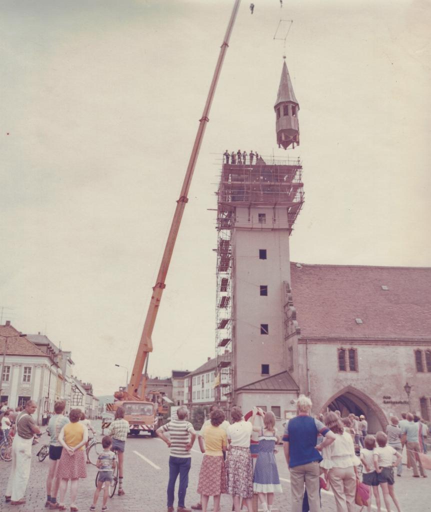 Montage der Turmspitze auf dem Alten Rathaus